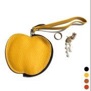 キーホルダーがバッグのアクセントに!大人可愛いリンゴモチーフコインケース