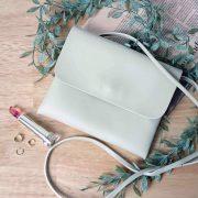 【薄型で軽いガジェットケース】女性にぴったり!シンプルな可愛いレディースバッグ